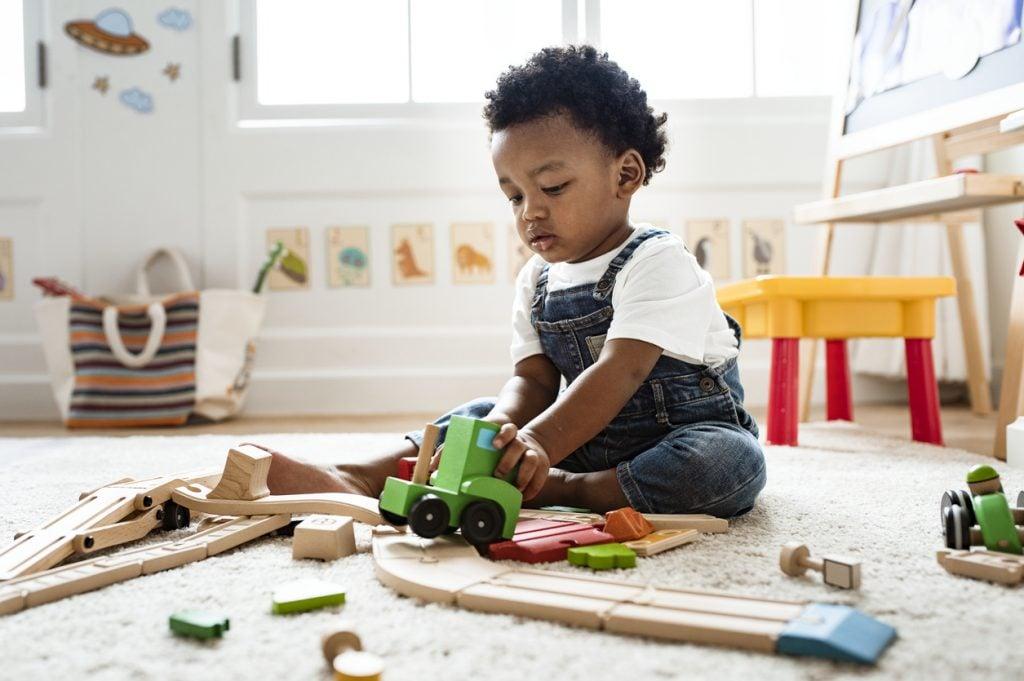 Niño dos años aprende